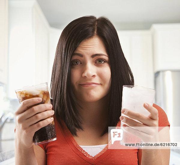 Wasser  Europäer  Frau  halten  Softdrink