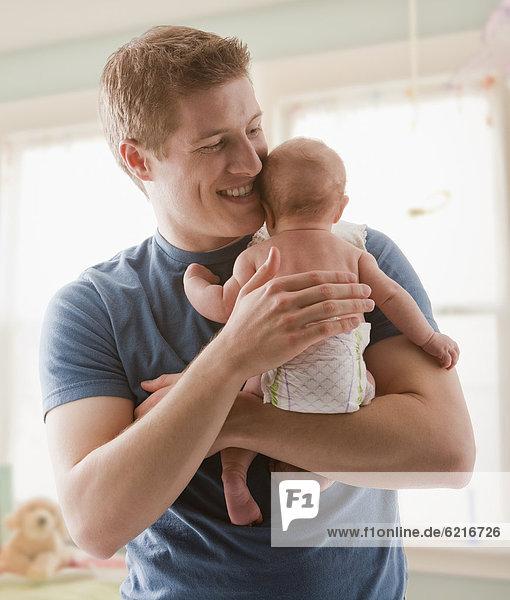 Europäer  Menschlicher Vater  halten  Mädchen  Baby