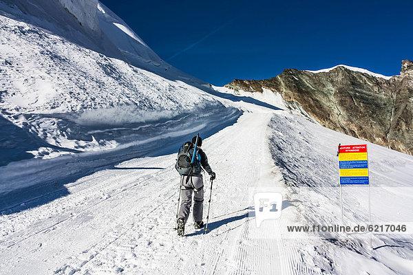 Europa Berg Berggipfel Gipfel Spitze Spitzen gehen Alpen Klettern Saas Fee Haltestelle Haltepunkt Station Schweiz Kanton Wallis