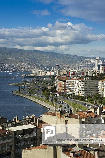 Stadtansicht mit Hafen  Izmir  Türkei  Asien