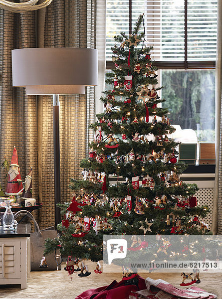 stilvoll dekorierter weihnachtsbaum in edlem ambiente. Black Bedroom Furniture Sets. Home Design Ideas