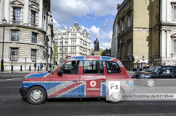 Londoner Taxi mit Union-Jack-Design  London  Südengland  England  Großbritannien  Europa