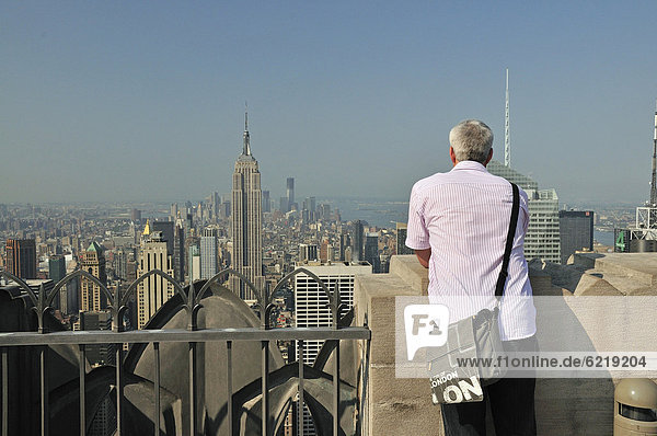 Vereinigte Staaten von Amerika USA Felsbrocken Mann New York City nehmen aufspüren hoch oben Nordamerika Ansicht Terrasse Innenstadt Manhattan Rockefeller Center