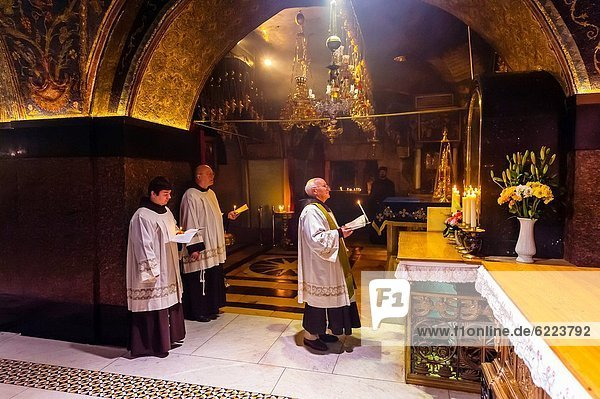 A Roman Catholic Mass in the Church of the Holy Sepulchre site of the last five stations of the Cross and venerated as the place where Jesus was crucified and buried  the Christian Quarter  Old City  Jerusalem  Israel