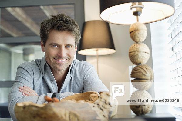 Porträt eines zu Hause lächelnden Mannes