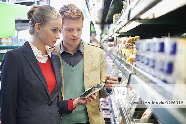 Paar-Shopping im Supermarkt
