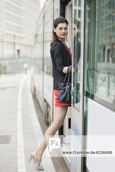 Frau beim Einsteigen in die Straßenbahn