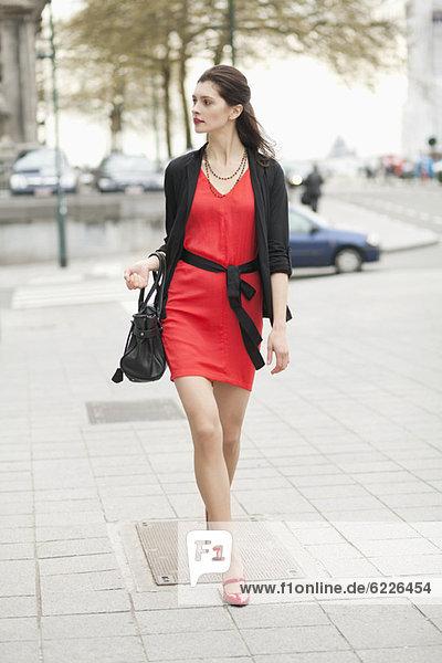 Eine Frau  die auf einer Straße geht.