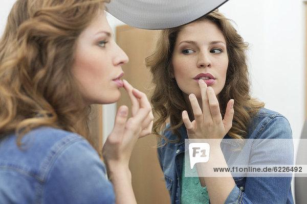 Frau untersucht ihre wunden Lippen