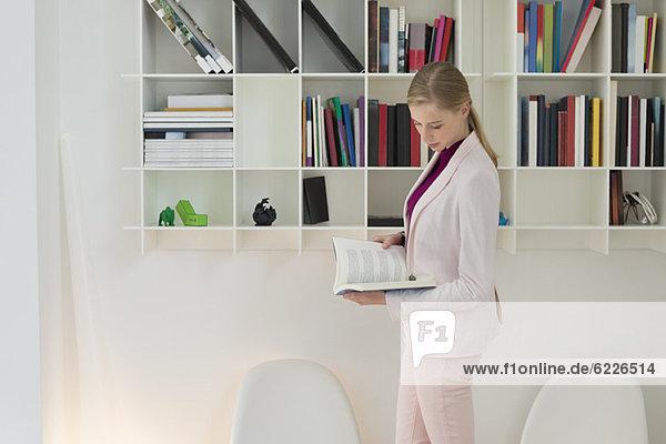 Geschäftsfrau beim Lesen eines Buches