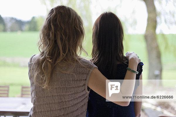 Rückansicht einer Frau mit ihrer Mutter