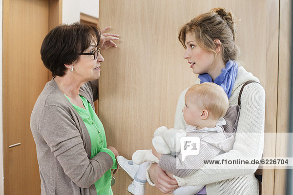 Frau im Gespräch mit dem Kindermädchen