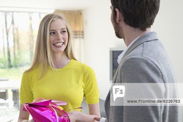 Frau erhält Geschenk vom Freund