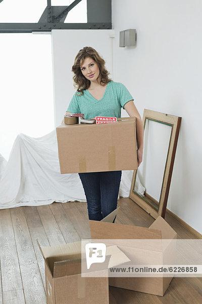 Frau mit Pappkartons