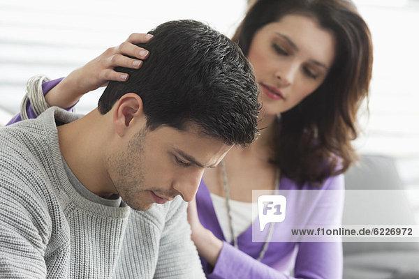 Frau tröstet ihren Mann