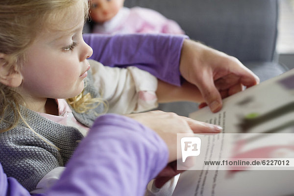 Mädchen studiert bei ihrem Vater zu Hause