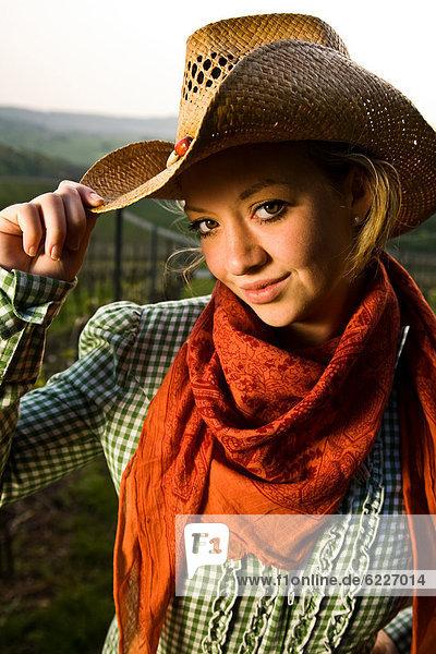 Lächelnde junge Frau mit Hut  Portrait