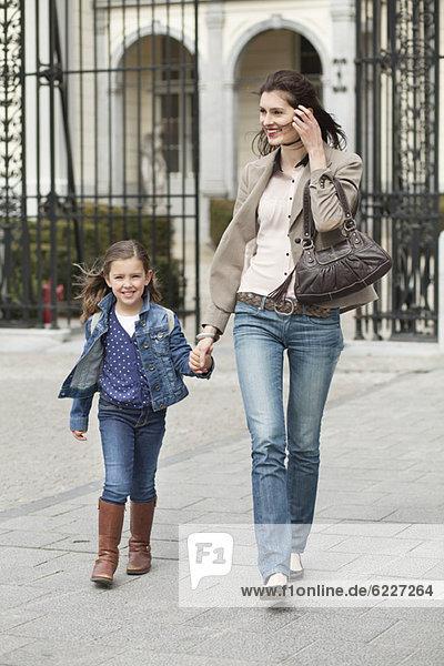 Porträt eines Mädchens  das mit seiner Mutter spazieren geht.