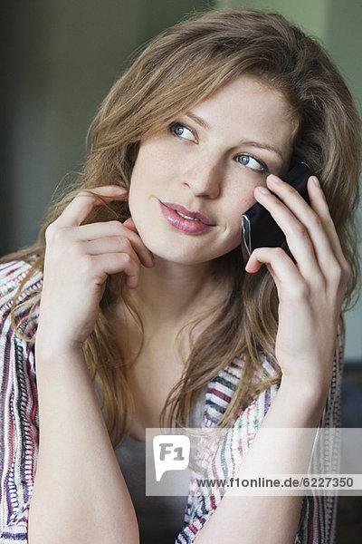 Nahaufnahme einer schönen Frau am Handy