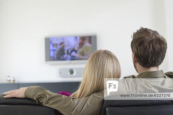 Rückansicht eines Paares beim Fernsehen