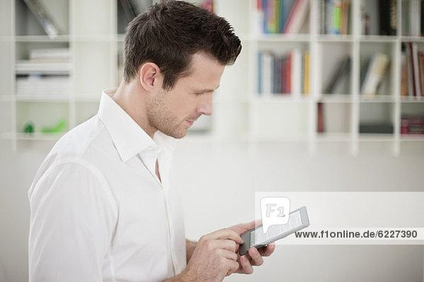 Mann mit einem elektronischen Buch