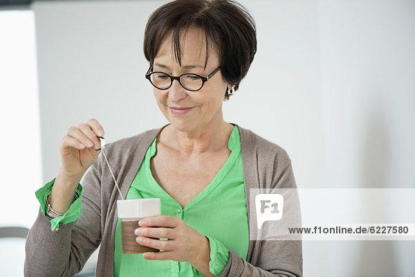 Nahaufnahme einer Frau beim Kaffeetrinken