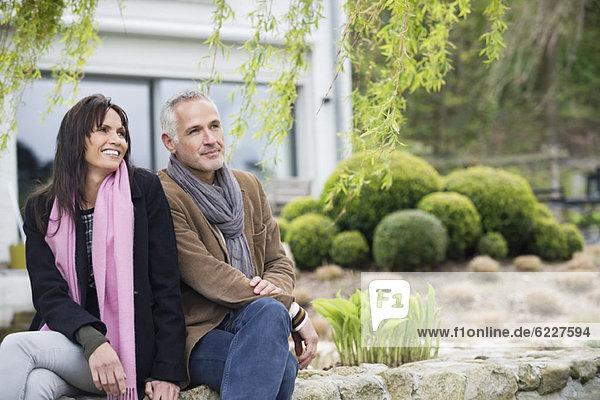 Romantisches Paar im Garten sitzend