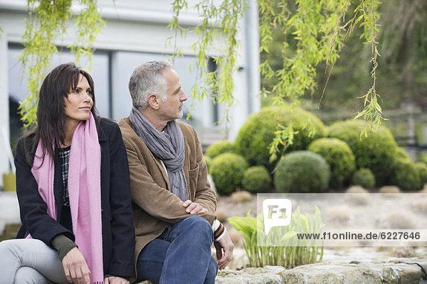 Paar im Garten sitzend