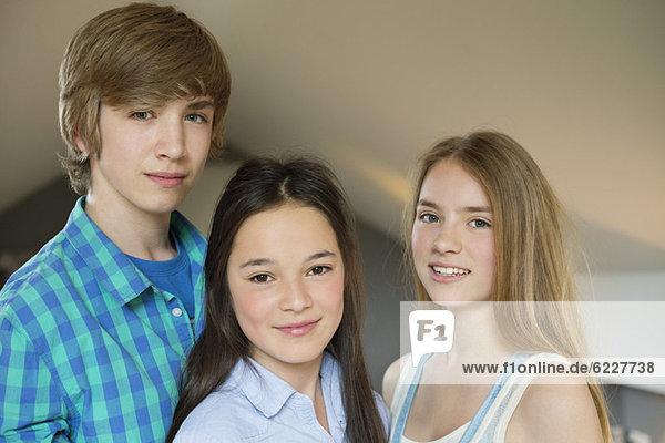 Porträt eines Teenagers mit lächelnden zwei Schwestern