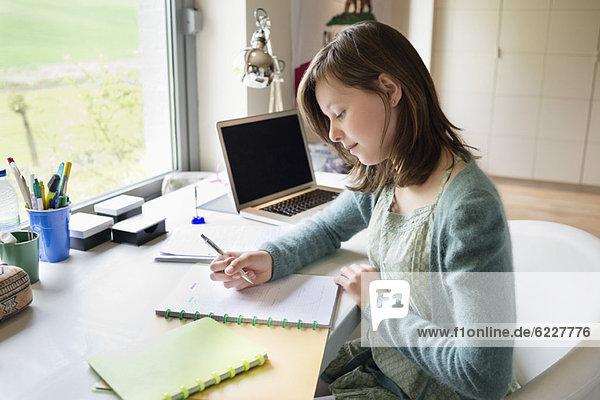 Mädchen lernen zu Hause