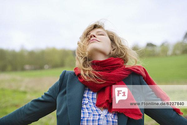 Schöne Frau  die auf einem Feld träumt.
