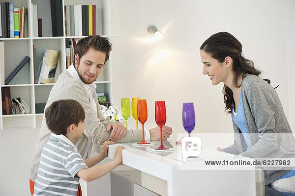 Familie an der Minibar zu Hause
