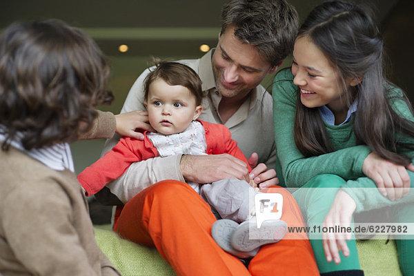 Glücklicher Mann mit seinen Kindern zu Hause