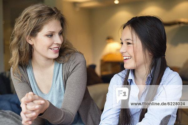 Nahaufnahme einer Frau  die mit ihrer Tochter lächelt