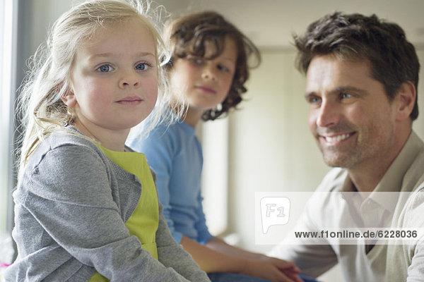 Mann mit ihren Kindern zu Hause