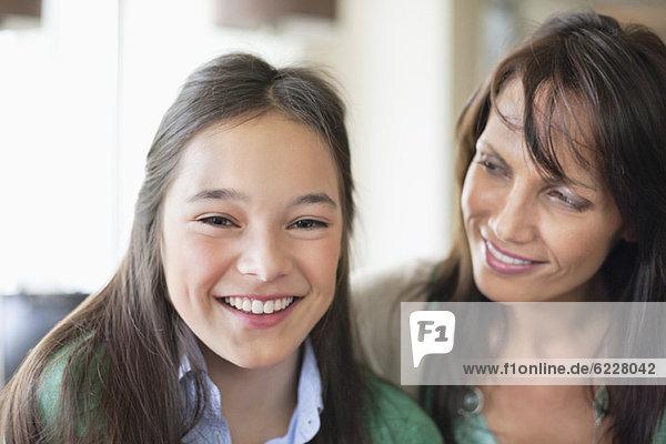 Porträt eines Mädchens  das mit seiner Mutter lächelt