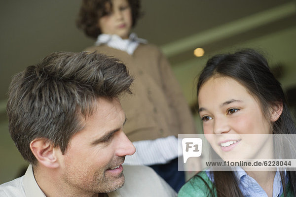 Mann sitzend mit seiner Tochter zu Hause