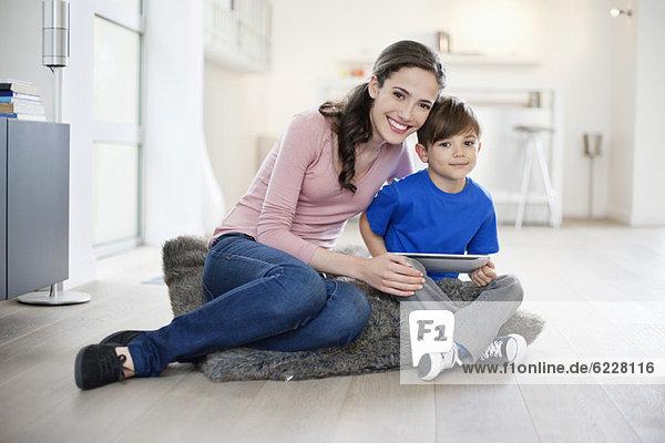 Porträt einer Frau  die mit ihrem Sohn sitzt.