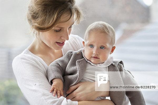 Nahaufnahme einer Frau  die mit ihrer Tochter spielt