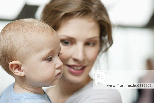 Nahaufnahme einer Frau mit ihrem kleinen Mädchen