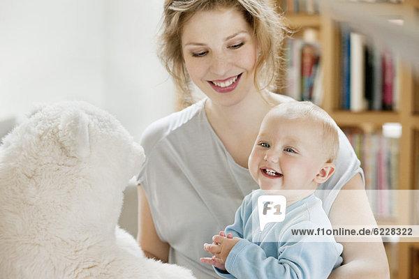 Frauen spielen mit ihrer Tochter und lächeln