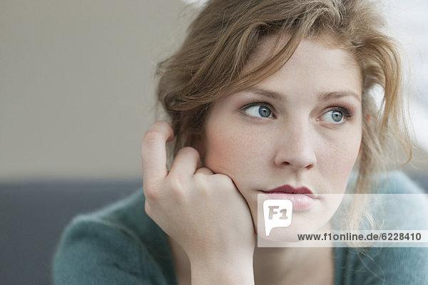 Frau sieht traurig aus