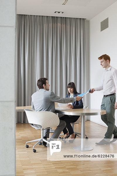 Geschäftsleute bei einer Besprechung in einem Büro