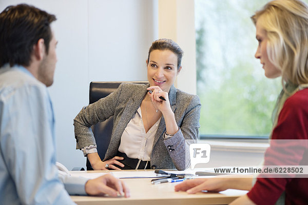 Geschäftsführerin im Gespräch mit ihren Kunden