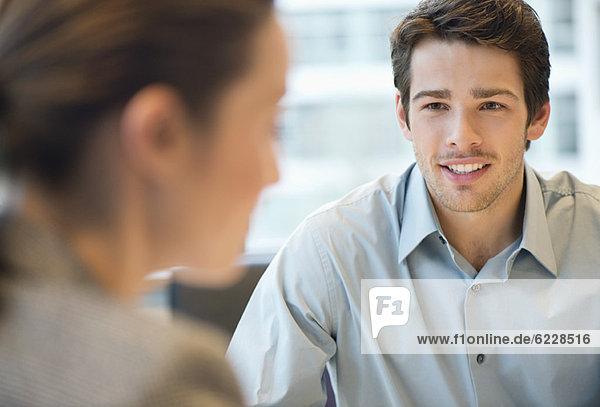 Geschäftsführerin im Gespräch mit ihrem Kunden