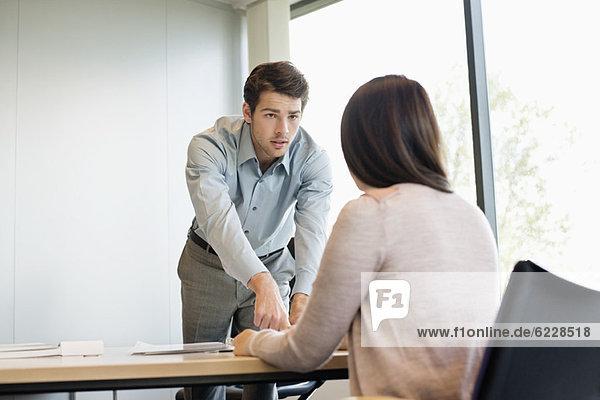 Geschäftsführer im Gespräch mit dem Kunden
