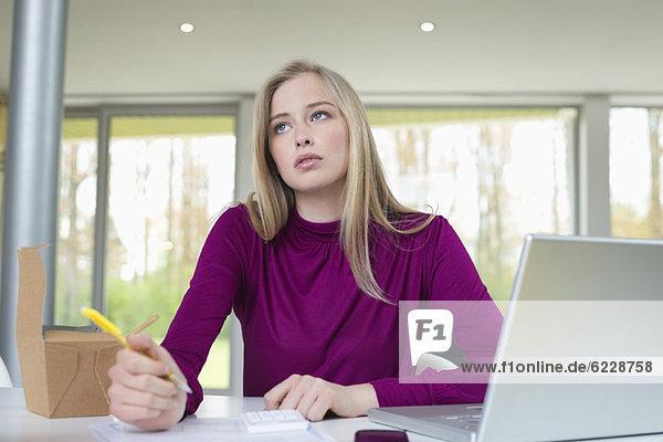 Geschäftsfrau  die im Home Office arbeitet