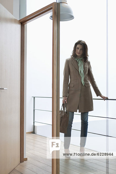 Frau am Eingang stehend
