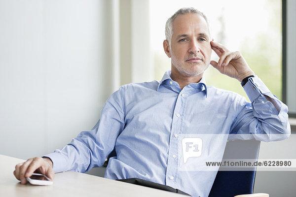 Geschäftsmann im Büro sitzend