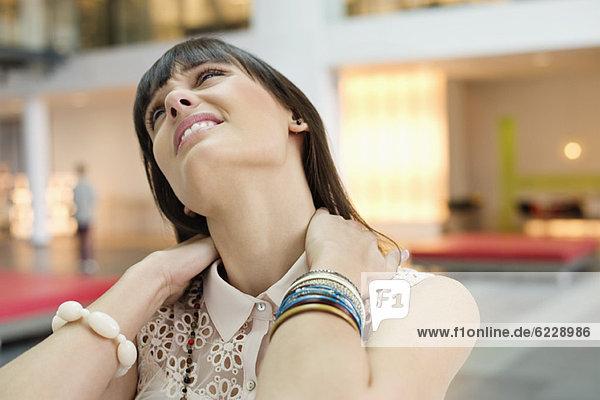 Nahaufnahme einer Geschäftsfrau mit Nackenschmerzen